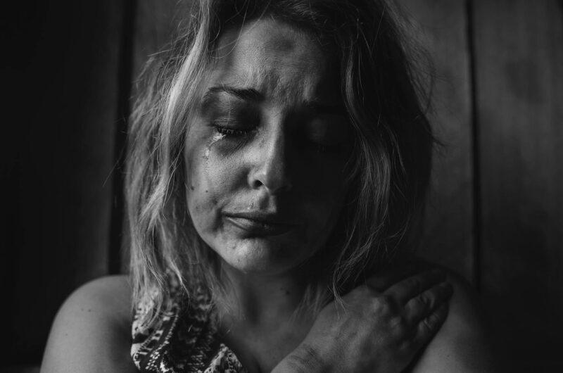 mulher em situação de sofrimento