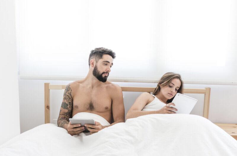 Casal na cama numa representação de infidelidade